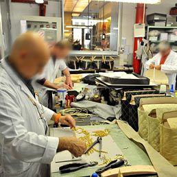 operai fabbrica di borse