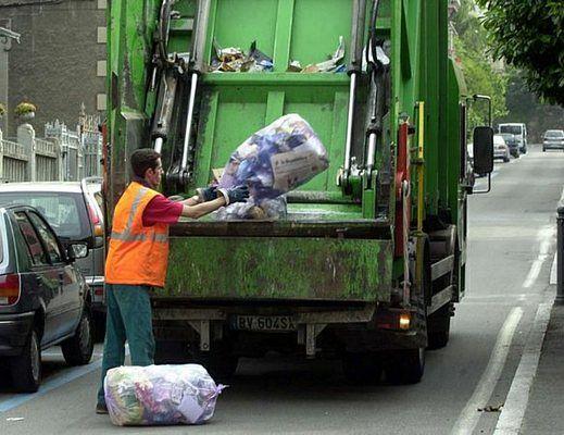 operatore ecologico camion rifiuti