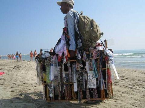 venditore abusivo spiaggia