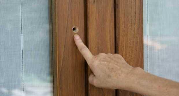 foro sulla porta di casa