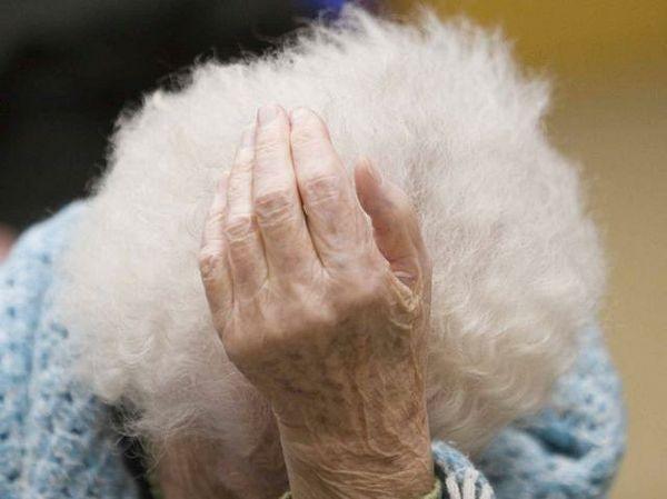 anziana vive con 300 euro al mese