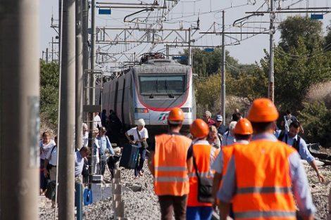lavoro operai ferrovie trenitalia