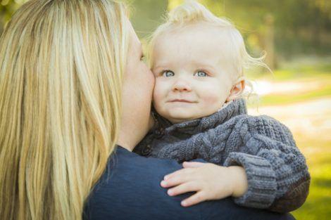 mamma abbraccia figlio