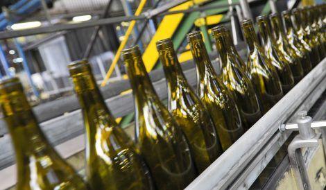 operai produzione bottiglie di vetro