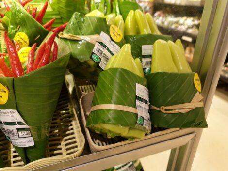 supermercato usa foglie di banano al posto plastica